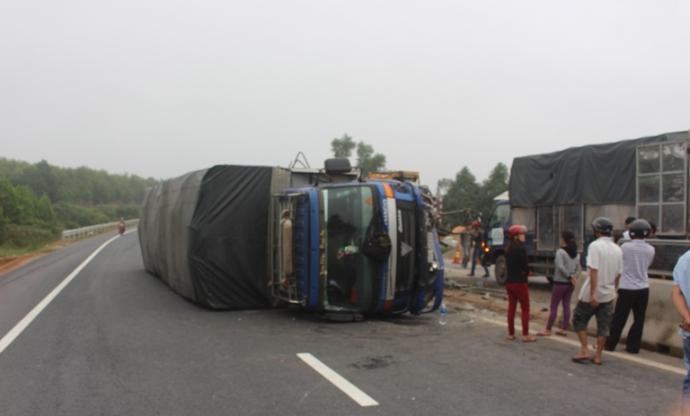 Chiếc xe tải cày nát dải phân cách QL1 đoạn qua xã Hải Chánh (huyện Hải Lăng, Quảng Trị) rồi lật nghiêng